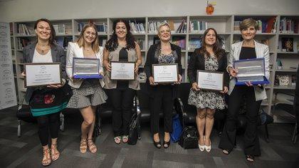 Las ganadoras posan con sus diplomas