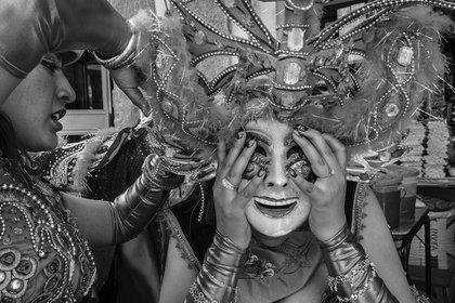 """Jose Antonio Rosas, Perù. Ganador del premio """"Nuevos Talentos"""".Puno, Perù. La fiesta de la Candelora es la mayor fiesta callejera de Perú. Una bailarina ayuda a una compañera con su máscara. (Jose Antonio Rosas/www.tpoty.com)"""