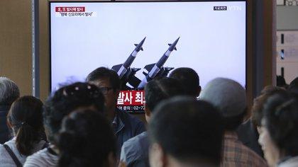 Un grupo de personas observa un televisor en el que se emiten imágenes de archivo de misiles norcoreanos durante un noticioso, en la estación de tren de Seúl, en Corea del Sur, el 9 de mayo de 2019. (AP Foto/Ahn Young-joon)