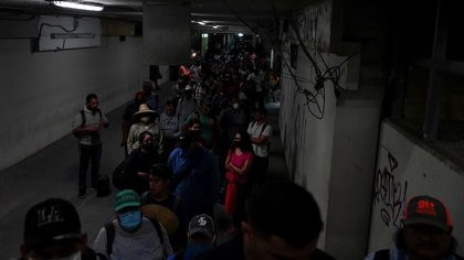 Trabajadores agrícolas mexicanos hacen fila temprano en la mañana en la frontera con Estados Unidos para ingresar a Calexico, California, desde Mexicali, durante el brote de la enfermedad del coronavirus (COVID-19) en Mexicali, México, 26 de mayo de 2020. Fotografía tomada el 26 de mayo de 2020. REUTERS / Ariana Drehsler
