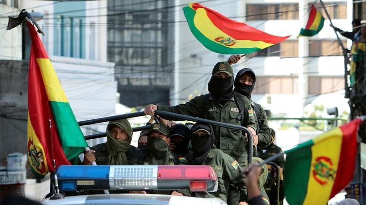 Policías con banderas en las patrullas (Reuters)