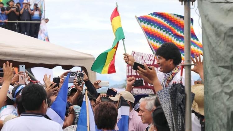 Evo Morales saluda a sus seguidores (@Canal_BoliviaTV)