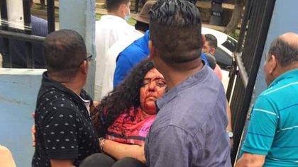 Poco después de la agresión, ingresan a Verónica Chávez al hospital (Cortesía)