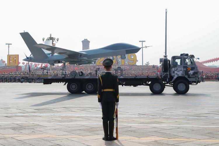 Un drone convencional CAIG Wing Loong desfilando por la plaza Tiananmen (REUTERS/Thomas Peter)