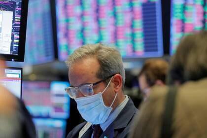 FOTO DE ARCHIVO. Un operador bursátil usa una máscara mientras trabaja en la Bolsa de Nueva York (NYSE), en EEUU. 20 de marzo de 2020. REUTERS/Lucas Jackson.