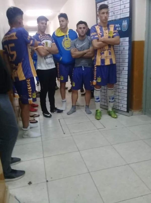 LA FOTO QUE DISPARÓ LA POLÉMICA: Los jugadores de Central Ballester, sin bañarse aún, esperan en la puerta del vestuario de Independiente poder intercambiar indumentaria