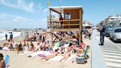La Prefectura uruguaya recorre las playas para pedir a los bañistas que mantengan la distancia