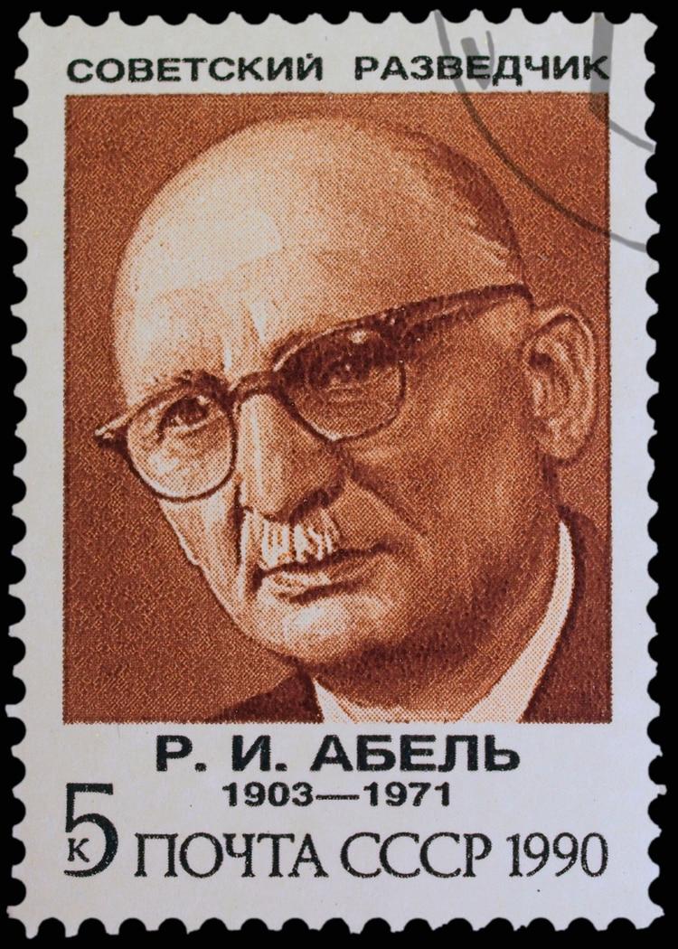 Una estampilla soviética de 1990 en honor al espía Rudolf Abel, que había sido captura en Brooklyn y fue intercambiado por Powers (Shutterstock)