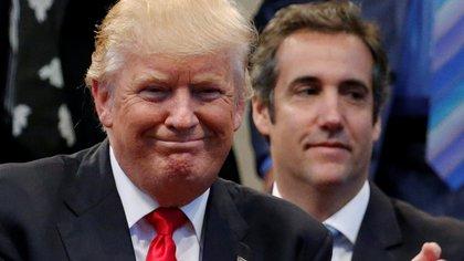 Donald Trump, flanqueado por su ex abogado en un evento de campaña (Reuters)