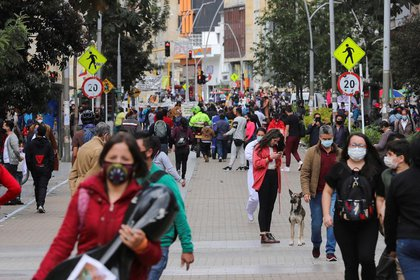 Personas utilizando mascarillas caminan por una calle antes del inicio de un aislamiento total decretado por la alcaldía, en medio del brote de coronavirus, en Bogotá, Colombia (REUTERS/Luisa Gonzalez)