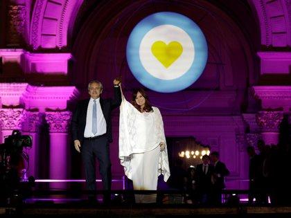 Alberto Fernández y Cristina Kirchner durante el acto en la Plaza de Mayo después de asumir el gobierno (REUTERS)