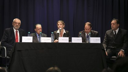 Los peritos de la querella de Alberto Nisman, junto a Sandra Arroyo Salgado: Julio Ravioli, Osvaldo Raffo, Germán Carlevaro, como defensor público oficial, y Daniel Salcedo
