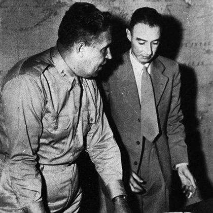 Oppenheimer está al frente de la investigación científica. Y el general Leslie Groves a cargo de la seguridad (The Grosby Group)