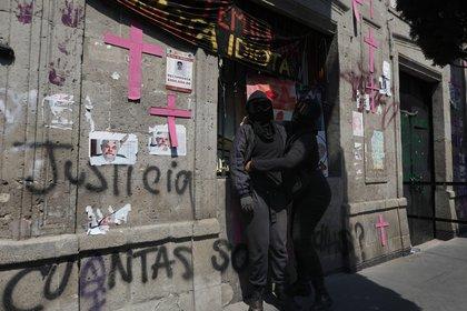 """Según contó a Efe una de las activistas que sigue ocupando el edificio, que prefiere mantener el anonimato por seguridad, mantener la unidad y la convivencia """"es muy complicado porque hay muchos roces"""", pero es en este sitio donde se siente """"muy protegida y segura"""". (Foto: EFE)"""