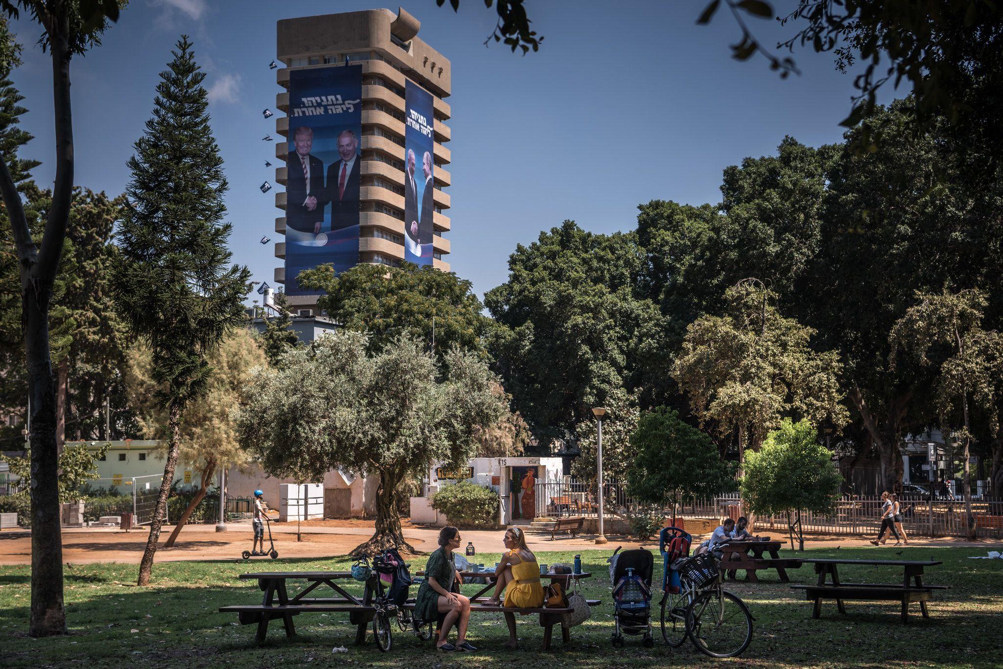 Un anuncio de la campaña de Netanyahu, con el presidente estadounidense, Donald Trump, sobre un parque en Tel Aviv. Netanyahu ha intentado desviar la atención pública lejos del papel que desempeña la religión.