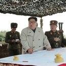 Kim Jong Un junto a otros comandantes de su ejército. El dictador norcoreano continúa con sus ensayos nucleares y sus amenazas (Reuters)