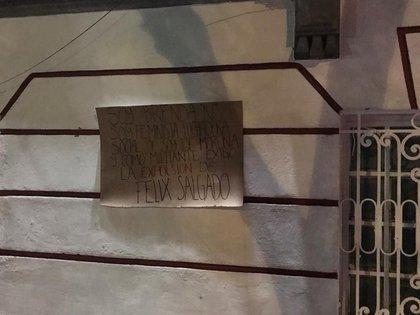 En una cartulina una mujer señaló que fue víctima de abuso sexual de Salgado Macedonio (Foto: Twitter/@ensaldo_erick)