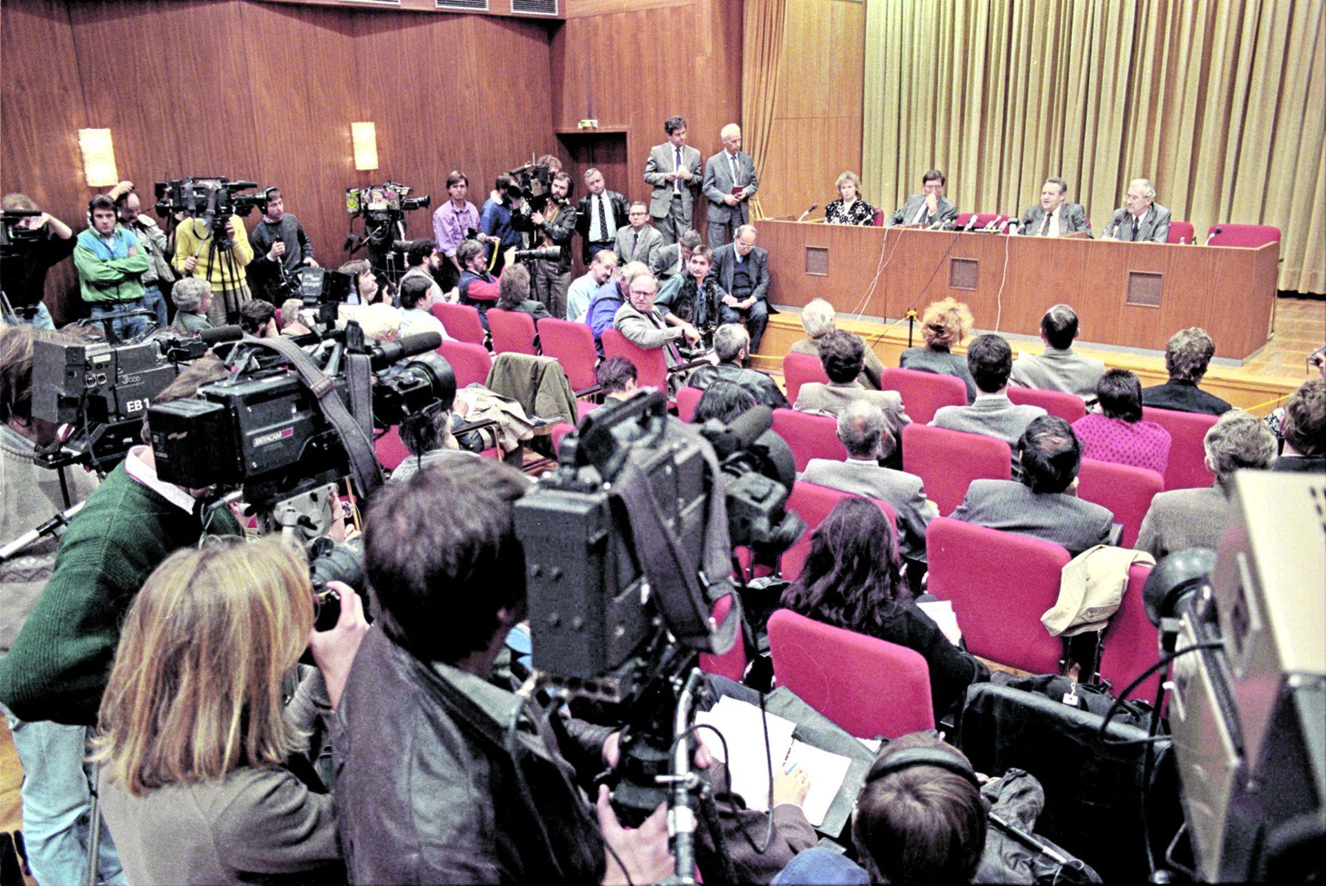 Conferencia de prensa de Günter Schabowski, vocero y primer secretario del Partido Comunista de la RDA, el 9 de noviembre de 1989. Riccardo Ehrman está sentado en el escenario, en la esquina del podium.