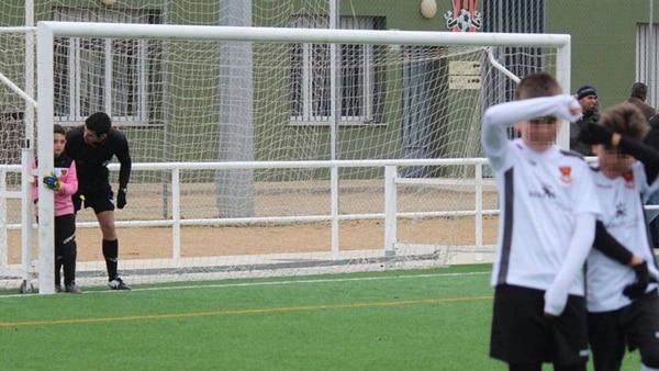 David Téllez, el árbitro que se convirtió en héroe en España al ayudar a un pequeño portero