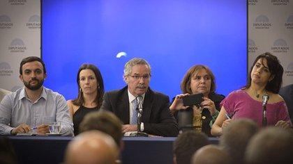 En la primera fila, Leonardo Grosso, Felipe Solá y Victoria Donda (Gustavo Gavotti)