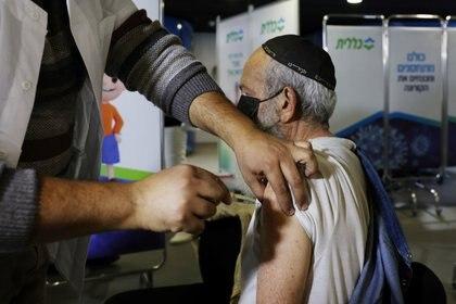 Un hombre recibe una vacuna contra la COVID-19 en un centro de vacunación en Jerusalén, el 3 de enero de 2021. Israel lidera la vacunación mundial contra el coronavirus con dosis de Pfizer (Reuters)
