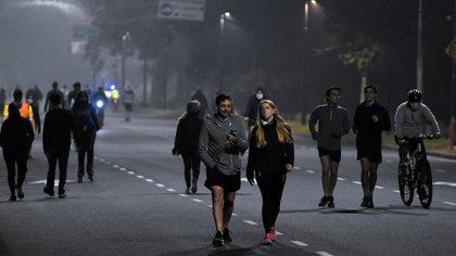 El lunes 8 de junio, primer día de running habilitado en CABA, fue un caos. Miles de personas convergieron en los parques y plazas de la Ciudad, amontonados y sin respetar la distancia social(Nicolas Stulberg)