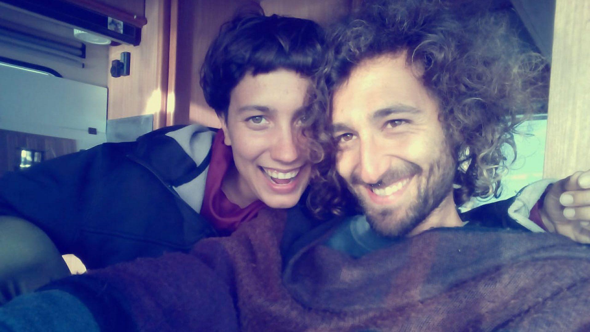 "Carmela y Fernando a bordo de ""La Gitana"", la casa rodante que compraron en Italia para recorrer Europa"