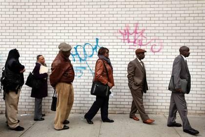 FOTO DE ARCHIVO. Desempleados hacen fila para ingresar a una feria laboral, en Nueva York, Estados Unidos. 12 de abril de 2012. REUTERS/Lucas Jackson.