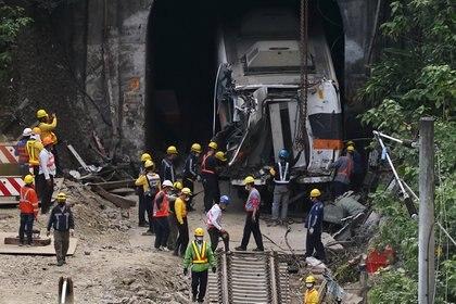 Trabajadores sacan uno de los vagones del tren. REUTERS/Ann Wang