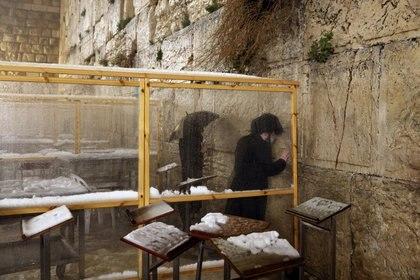 Los judíos rezan en el Muro Occidental, el lugar de oración más sagrado del judaísmo, el 18 de febrero de 2021. REUTERS / Ronen Zvulun