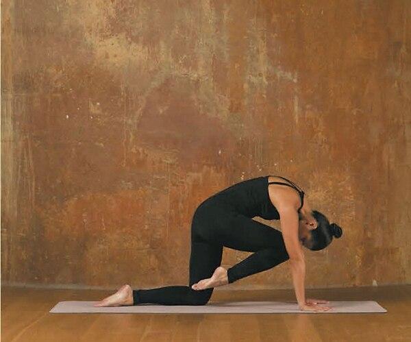 4. Ponete sobre manos y rodillas como la postura de gato
