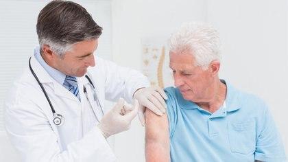 Los mayores de 65 años son considerados grupo de riesgo y deben vacunarse contra el neumococo (Getty)