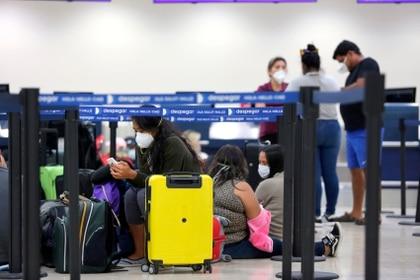 Cientos de turistas se quedaron varados en el aeropuerto de Perú (EFE/Alonso Cupul)