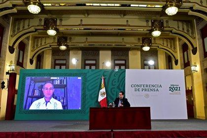 El director general de Epidemiología de la Secretaría de Salud, José Luis Alomía,(d) acompañado de forma remota del subsecretario de Salud de México Hugo López-Gatell,(i) durante el reporte del coronavirus este miércoles, en Palacio Nacional.  EFE/PRESIDENCIA/SOLO USO EDITORIAL/PARA ILUSTRAR UNICAMENTE CON LA NOTICIA/CRÉDITO OBLIGATORIO/NO VENTAS