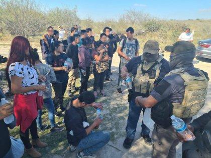 """Los migrantes señalaron que su principal objetivo """"era cruzar hacia Estados Unidos"""", sin embargo, los traficantes con los que había hecho el pacto les exigieron una cuota """"más alta"""".  (Foto: FGE/Twitter)"""