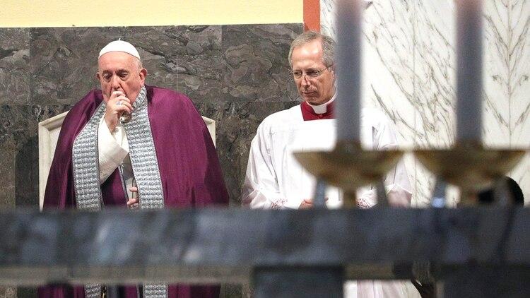 A Francisco también se lo vio tosiendodentro de la Basílica de San Anselmo antes del comienzo de una procesión a la Basílica de Santa Sabina el 26 de febrero pasado (AP)