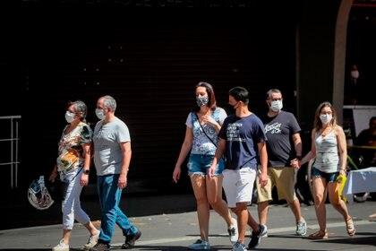 El Ministerio de Salud de Brasil informó en su último boletín de un incremento en las últimas 24 horas de 27.444 infectados por el coronavirus, con lo que el número de casos confirmados llega hasta los 5.055.888. EFE/Fernando Bizerra/Archivo