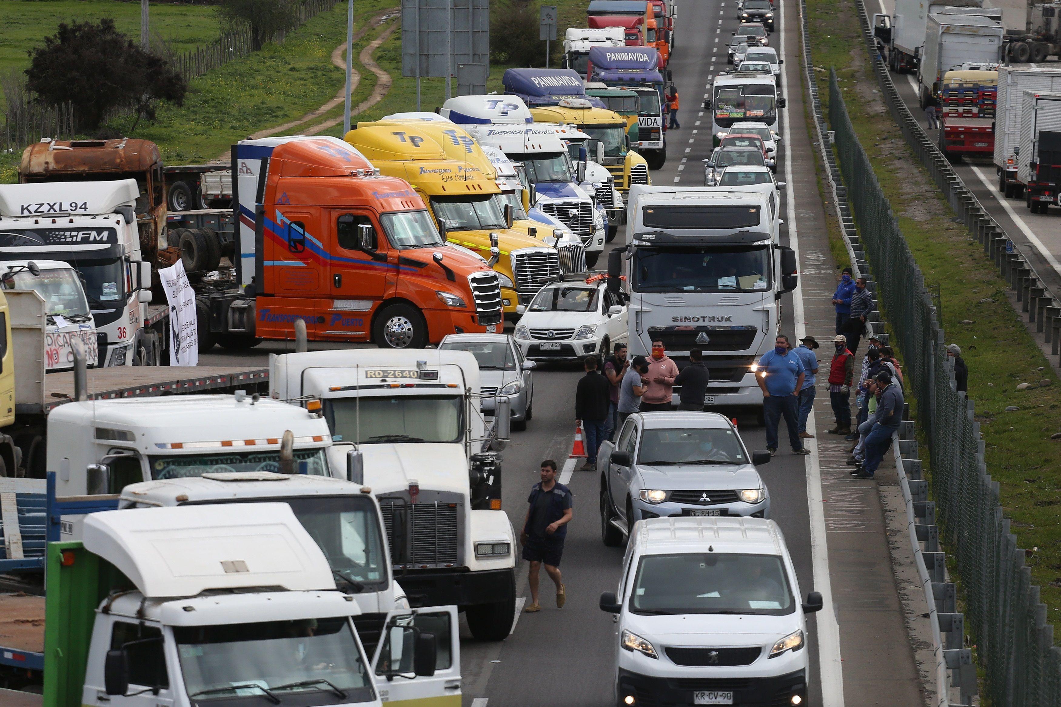 Vista de camiones detenidos hoy en la ruta que une las ciudades de Santiago y Valparaíso (Chile). Cortes de vías se registran desde la madrugada de este jueves a lo largo de todo Chile durante el primer día del paro indefinido convocado por el gremio de camioneros. EFE/Elvis González