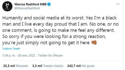 """""""La humanidad y las redes sociales en su peor momento. Sí, soy un hombre negro y vivo todos los días orgulloso de serlo. Nadie, o ningún comentario, me hará sentir diferente. Lo siento si buscaba una reacción fuerte, simplemente no la obtendrá aquí"""", escribió Rashford en su cuenta de Twitter"""