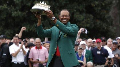 Momento supremo: Woods levanta el trofeo del Masters de Augusta con la tradicional chaqueta verde(Reuters/ Mike Segar)