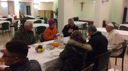 17 de diciembre de 2016: el papa Francisco invitó a desayunar a ocho mendigos, uno de ellos de nacionalidad peruana, que acudieron al Vaticano para felicitarle por su 80 cumpleaños. El pontífice charló y ofreció dulces argentinos