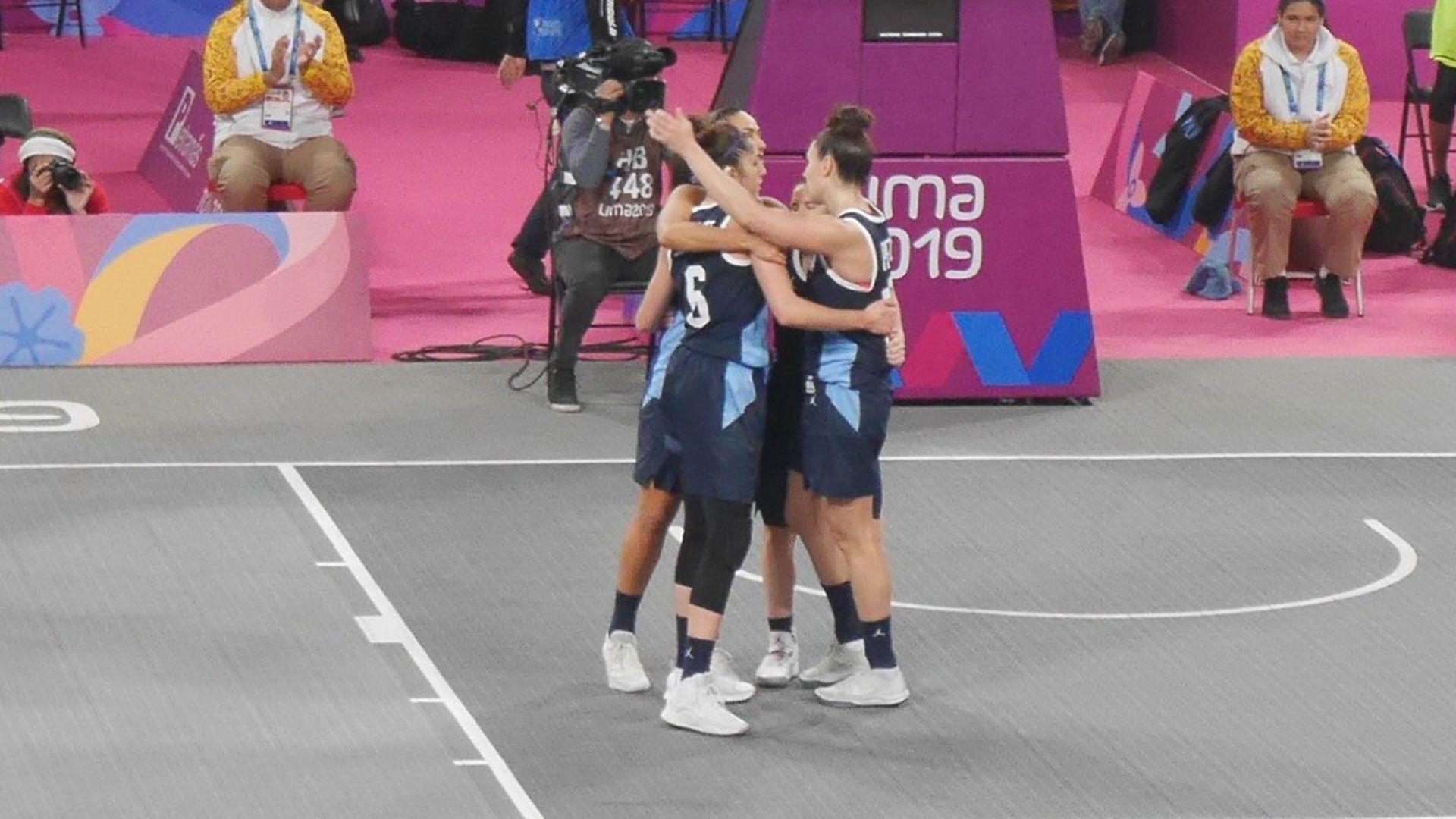 El equipo femenino de básquet 3×3 cayó ante EEUU en la final y se quedo con la plata (@PrensaCOA)