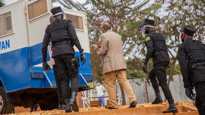 La policía escolta a Rusesabagina (New York Times)