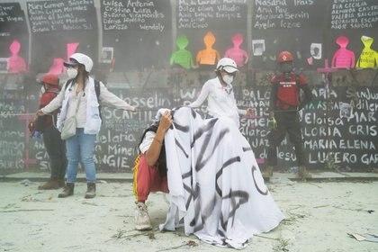 Manifestantes denuncian el lanzamiento de gases para dispersar contingentes (Foto: Reuters / Toya Sarno Jordan)