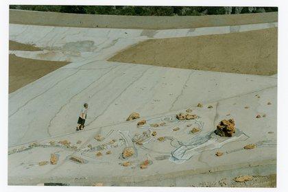 Maria Lai trabajando en La scarpata, UIassai, 1993 (Maria Sofia Pisu - Cortesía Archivio Maria Lai)