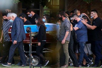 Amigos y familiares despiden los restos del astro del fútbol, en el Jardín de Paz de Bella Vista (REUTERS/Agustin Marcarian)