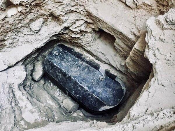 Qué oculta el sarcófago negro de 2.000 años que encontraron en Egipto