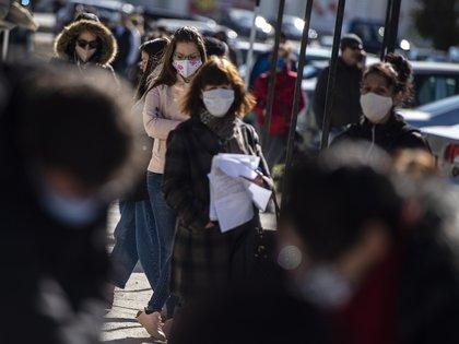Algunos artículos científicos que sugieren que algunas personas no desarrollan muchos anticuerpos contra el virus y otras que informan que esos anticuerpos parecen disminuir rápidamente (EFE/EPA/VASSIL DONEV)