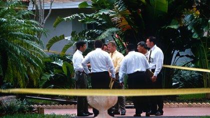 La policía en la puerta de la mansión de Versace en Miami luego de que Andrew Cunanan asesinara al famoso diseñador (GrosbyGrop)