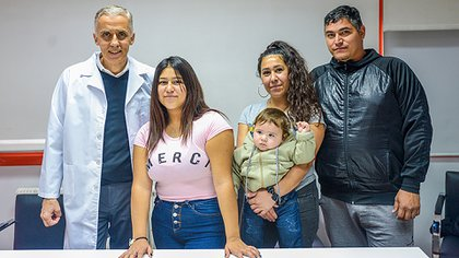 Tras el accidente, a Priscila le diagnosticaron politraumatismo con paraplejía por luxofractura de columna. En la foto, junto al cirujano Mariano Noel y su familia (Foto: Hospital Garrahan)